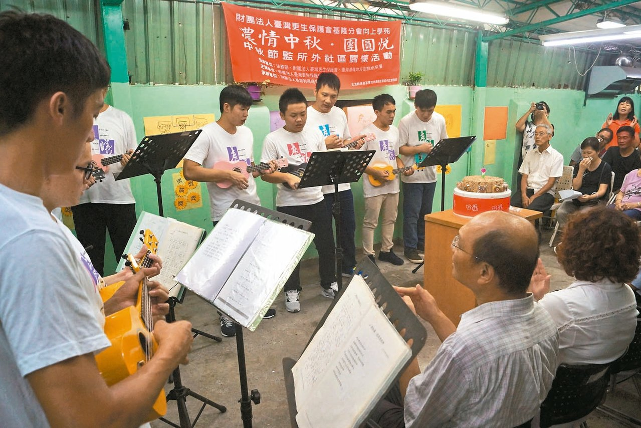 學員現場演奏烏克麗麗,也和家人合唱多首歌曲,場面歡樂溫馨。 記者曾健祐/攝影