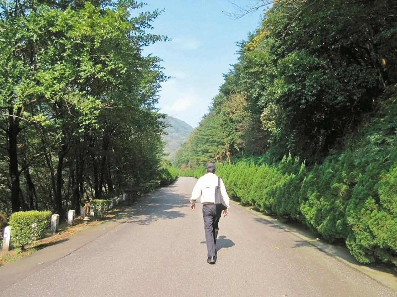朱自清的〈背影〉一文,是以前中學國文課本必選文章,寫看著父親在月台奔跑去為他買橘...