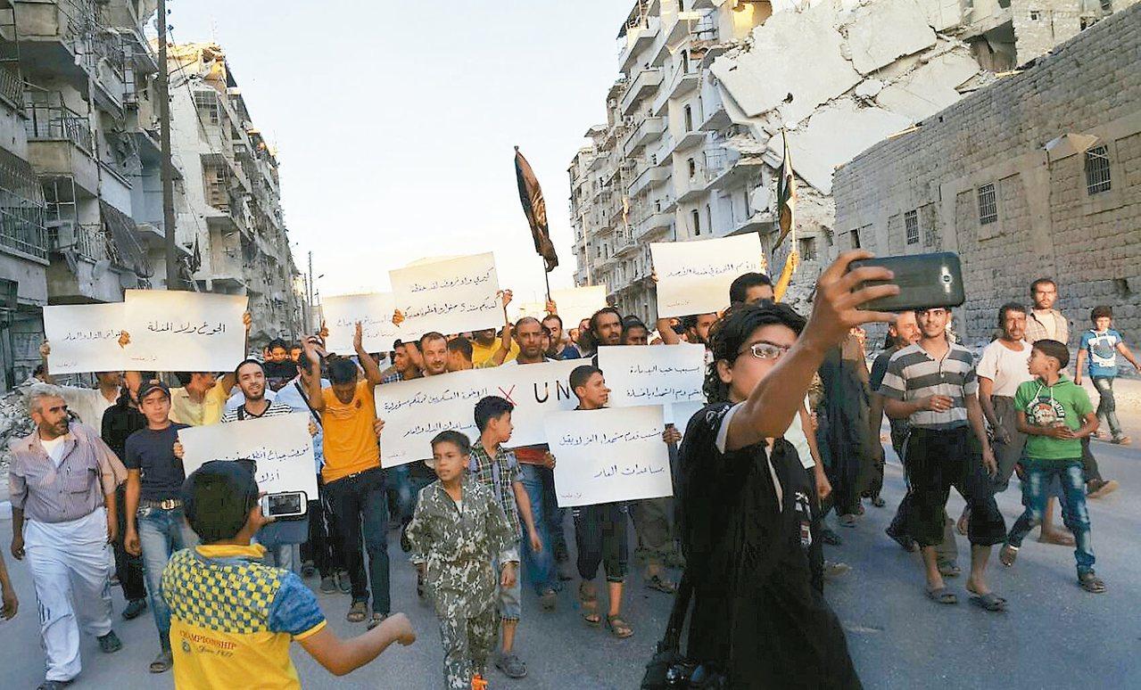 美軍17日坦承誤炸敘利亞政府軍,此事恐將使敘利亞停火協議瓦解。圖為敘國阿勒坡市民...