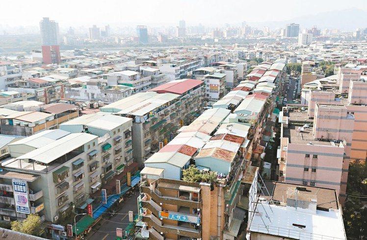 預售房屋屋簷及雨遮計面積,以不計價方式處理已久,但內政部近日預告將進一步實施不登...