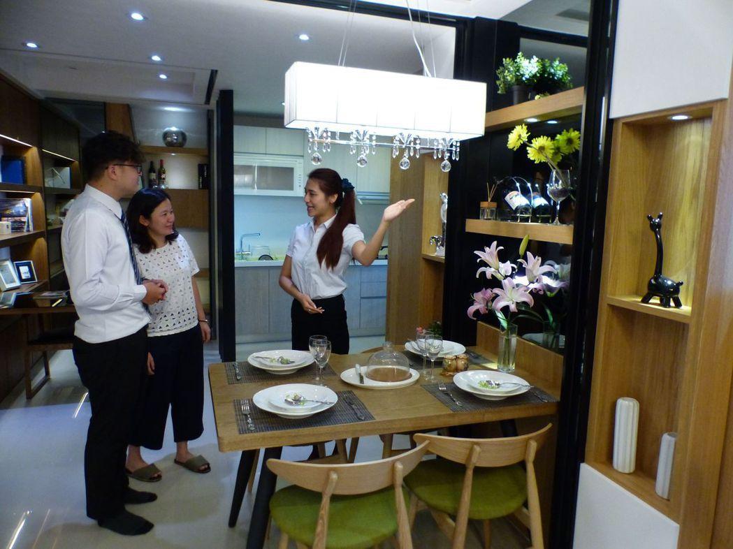台中市南區的「允將行旅」走小豪宅路線,吸引首購族看屋。記者趙容萱/攝影