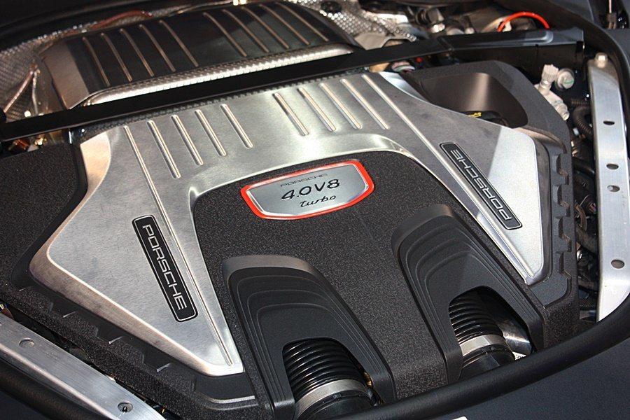 Panamera Turbo搭載的4.0升V8雙渦輪增壓汽油引擎,可提供馬力55...