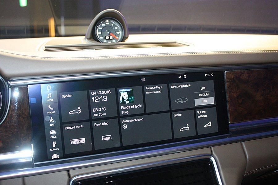 中控台12吋類似智慧型手機的操作與可個人化設定的LED螢幕。 記者林和謙/攝影