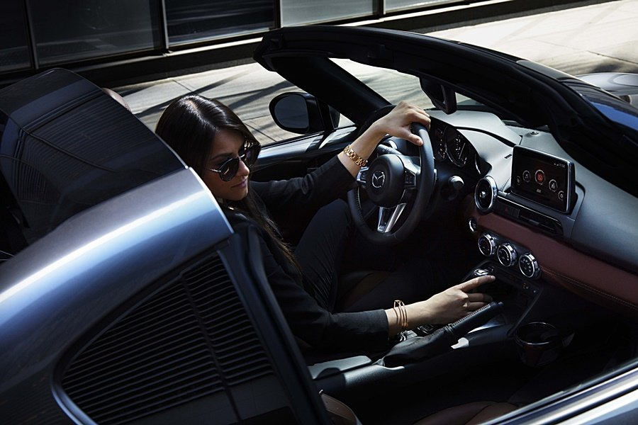 Mazda MX-5 RF旗艦車型配備棕色Nappa真皮內裝與雙色車頂。 Maz...