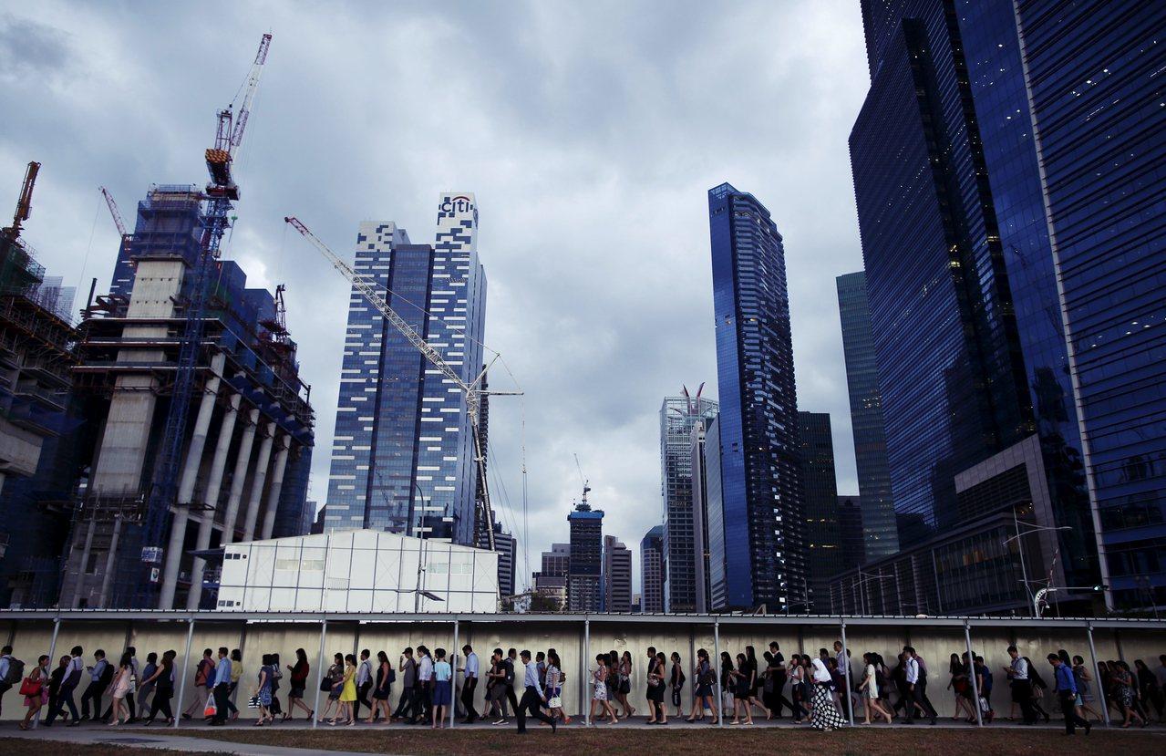 """一般台湾人在评论新加坡时,通常是以""""不是这端就是彼端""""的方式去谈。但在这样两极的..."""