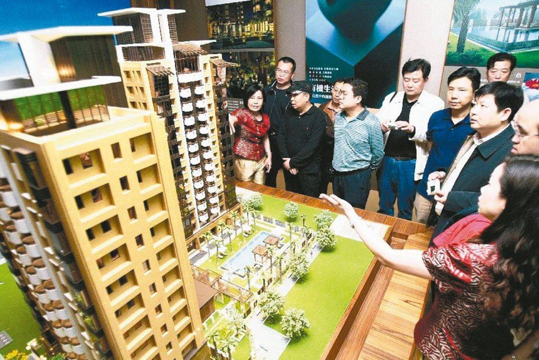 台北市政府稽查預售屋,發現建商以三大手法占便宜,其中以違約金訂死15%最普遍,其...