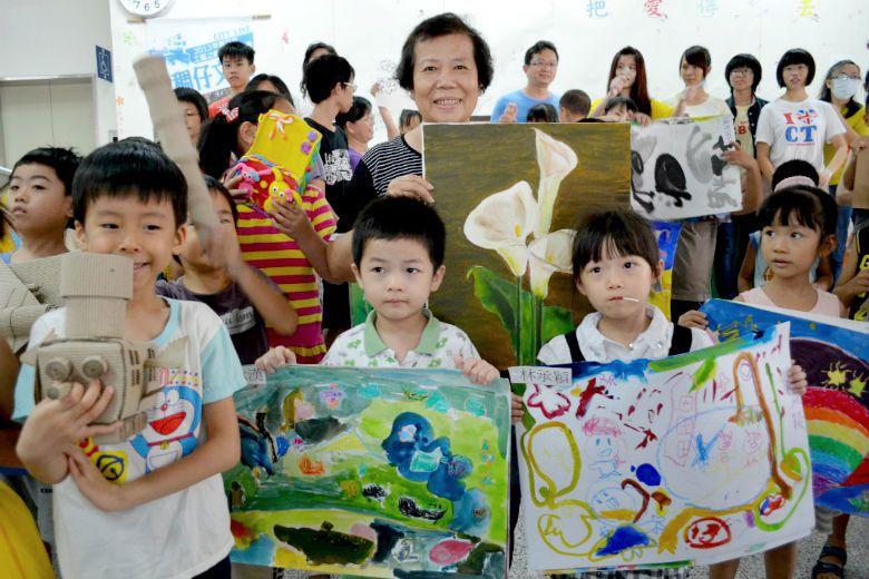 南關社區大學開辦繪畫班,有長輩帶著孫子一同學習圓夢,然而今年以來,卻有多間社區大...