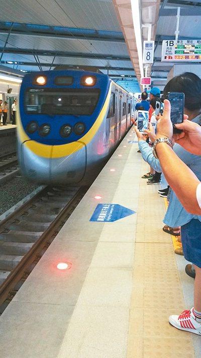 台中鐵路高架化第一天,豐原火車站聚集不少乘客,體驗高架化火車。 記者林佩均