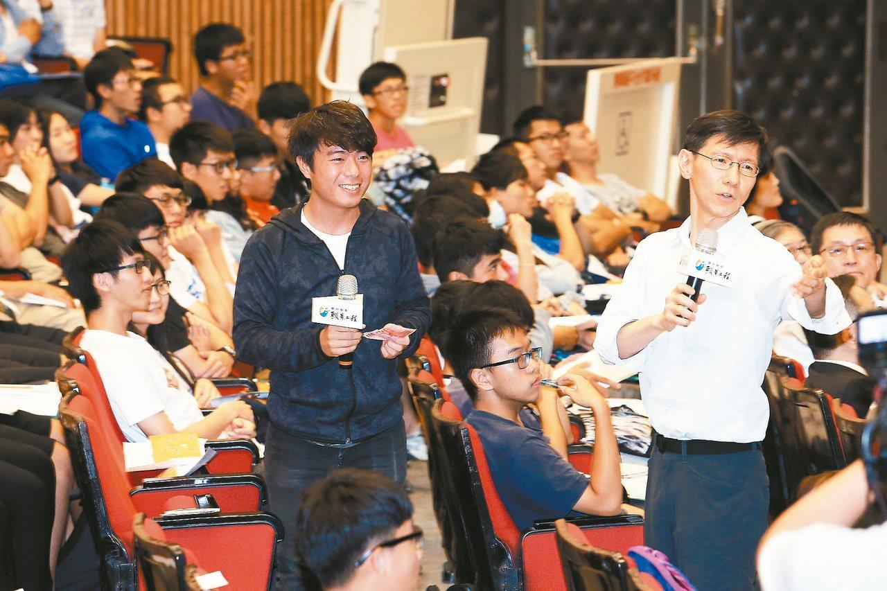 青年開路論壇主持人王文華(圖右)妙語如珠。 記者劉學聖/攝影