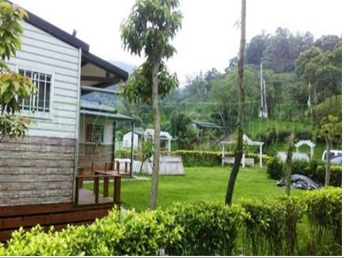 不法集團在新竹縣關西鎮上橫坑山坡地,以「買地送屋」的名義蓋小木屋吸引買家,依違反...