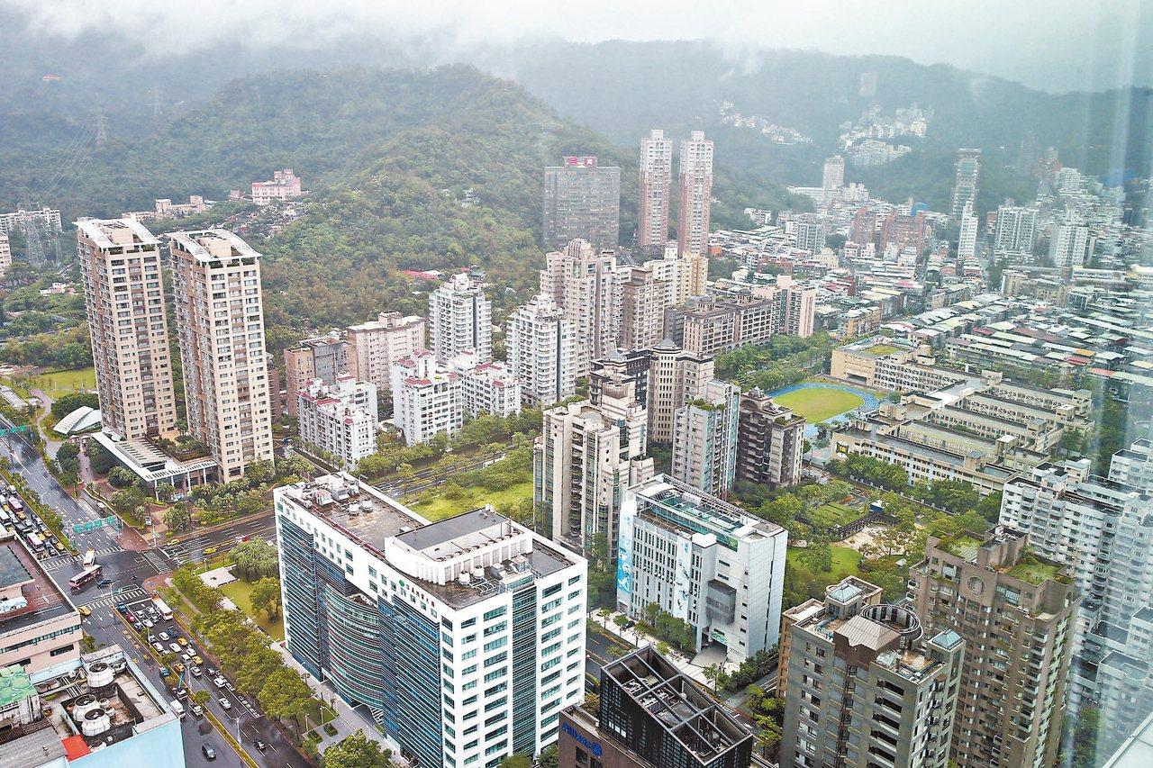 據內政部最新資料,8月新屋使用執照核發量飆破1萬戶,創九個月來新高;不少大型建商...
