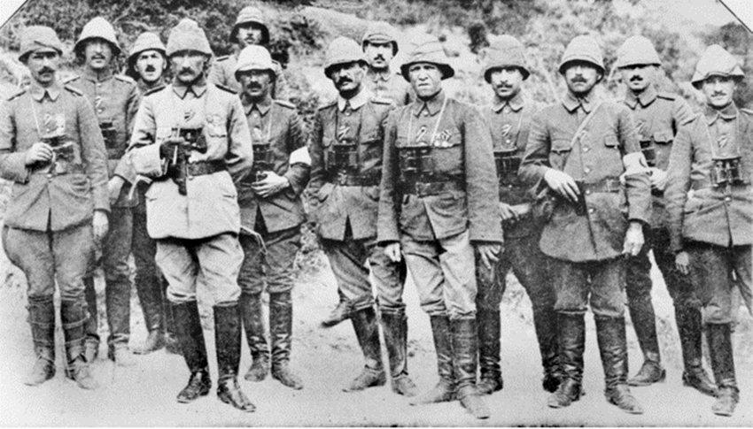 「即便是後來推翻鄂圖曼、建立現代土耳其的凱末爾,也曾借用過聖戰號召所帶來的認同凝...