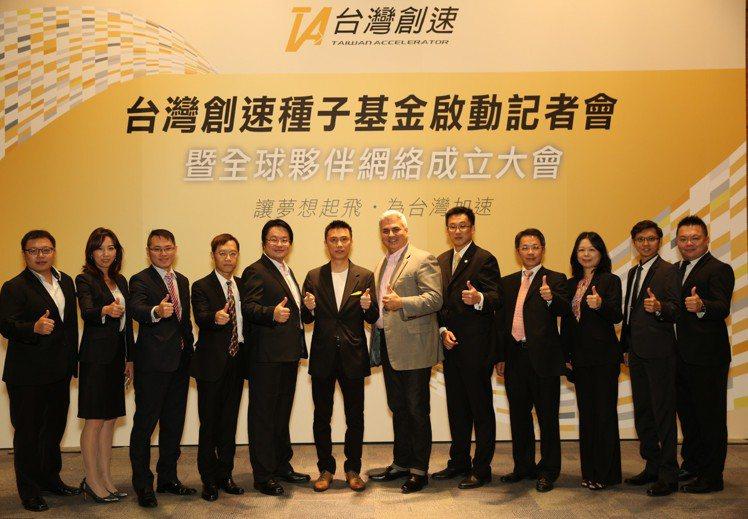 台灣創速創辦人余凱文(左六)、媒體公關胡恒士(右一)與團對合影。 台灣創速/提供...