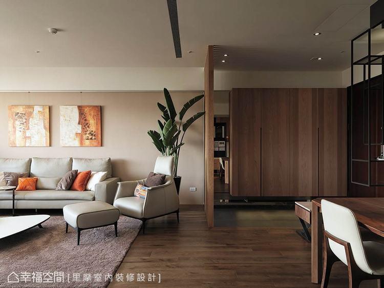 ▲木紋肌理: 從玄關開始以木作鞋櫃作為起始,入室後的地坪與家具更延續原始木紋的肌...
