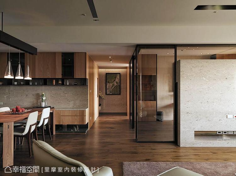 ▲視覺層次: 電視牆的後方以茶玻圍塑書房,其穿透與反射的質材特性,增添視覺上的美...
