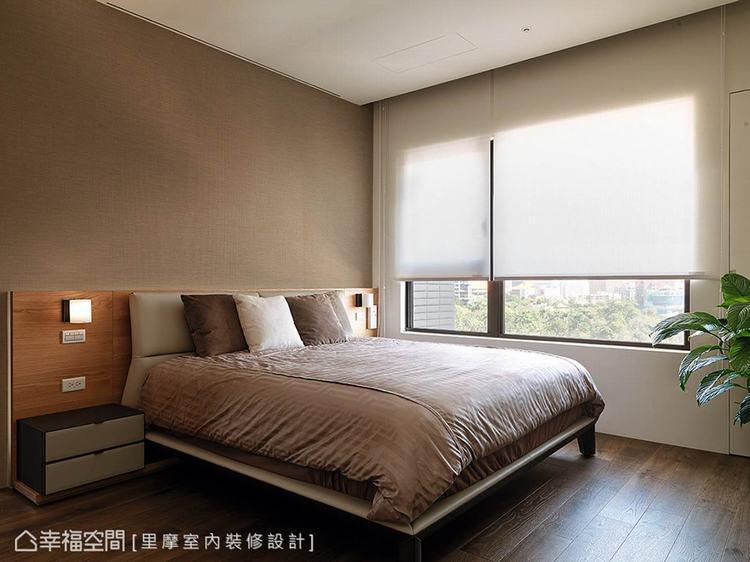 ▲主臥室: 木紋質感搭配低調沉穩的壁紙,隨著窗戶外的綠意引入室內,調和寫意的自然...