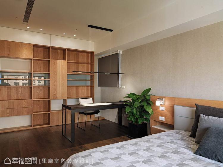 ▲搭配書桌: 書桌後方以開放式的書櫃為設計,漸層的視覺感受引出現代美學的簡約特色...