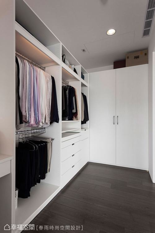 ▲板材以上高度可留空收納雜物,放置行李箱、棉被床組……等大型物品。
