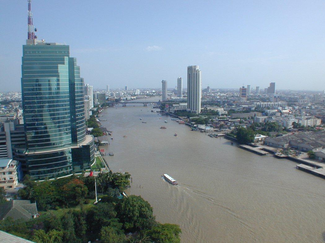 曼谷昭披耶河(又稱湄南河)是重要觀光河道,兩岸有許多高檔飯店,香格里拉及半島酒店...