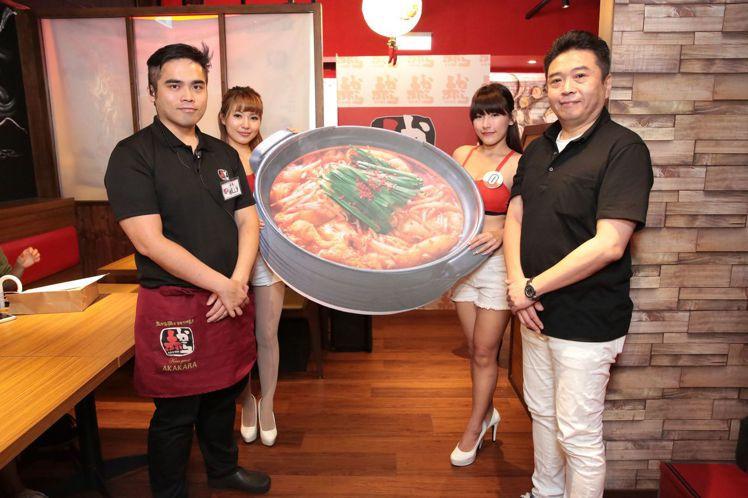 AKAKARA媒體餐會,由社長千 克輝(右)與中山旗艦店店長陳威力主持開鍋儀式。
