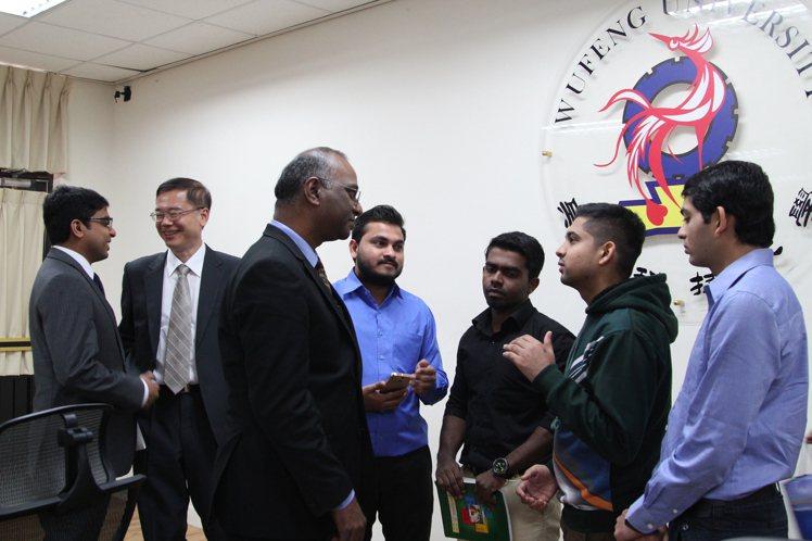 (2)日印度台北協會史達仁會長(中),參訪吳鳳科大,受到師生熱烈歡迎。 吳鳳/提...