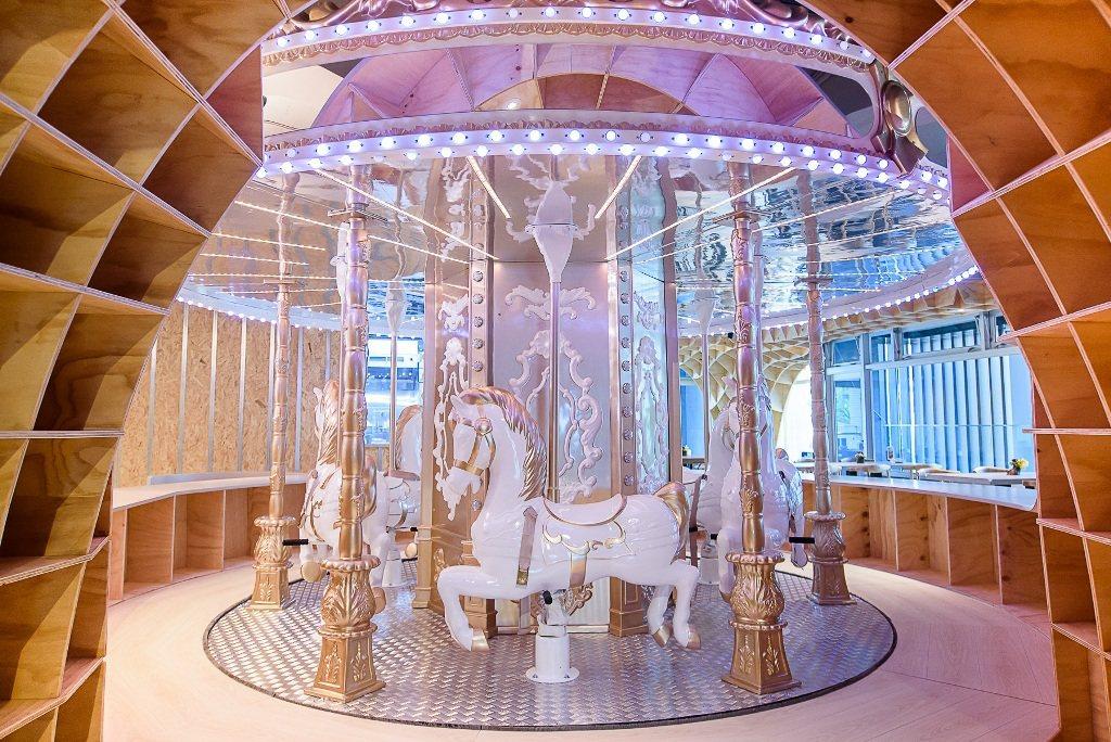 穿梭北歐風格木質拱門,夢幻旋轉木馬駐立在此。Money Jump/提供