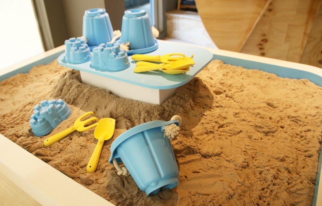 「動力沙桌區」選用通過台灣及歐美國家安全玩具認證的瑞典Kinetic Sand...