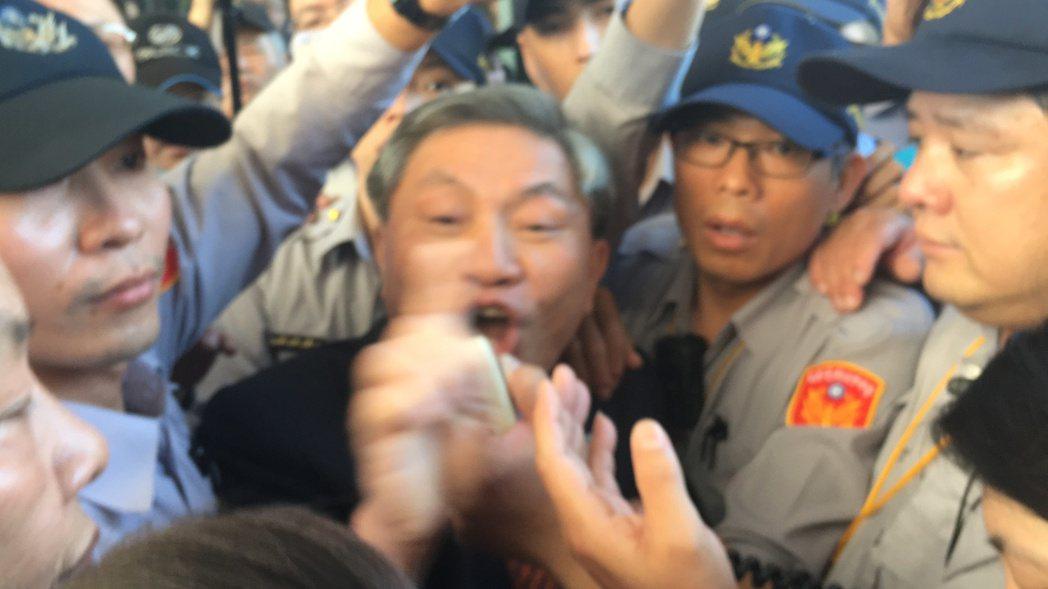 台中市副市長張光瑤與民眾對嗆,接下陳情書,不歡而散。記者陳秋雲/攝影