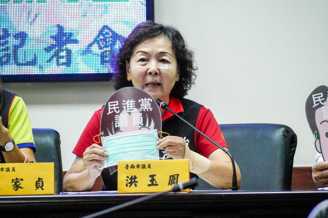 台南市議會國民黨團今天召開反對地價稅大幅調漲記者會,各議員拿著戴上口罩的民進黨議...
