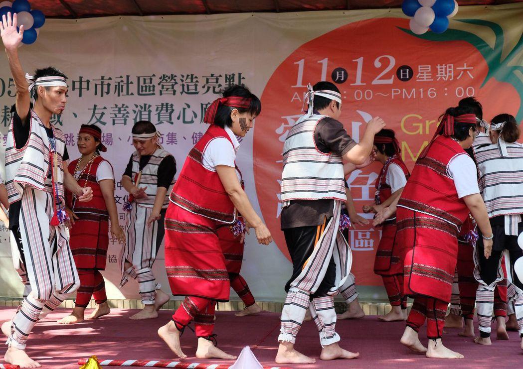 富宇建設長期關懷的慢飛家族,在愛心綠色市集跨社區聯誼活動上載歌載舞演出。圖/富宇...