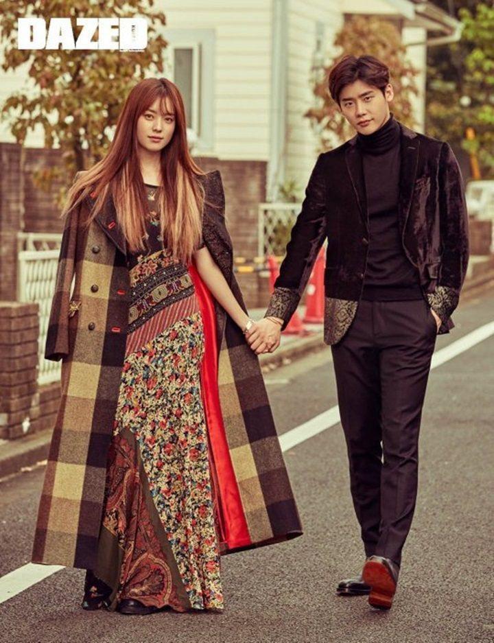 李鍾碩(右)與韓孝周(左)在畫報中,延續「W-兩個世界」情感,就像真實情侶一般。...