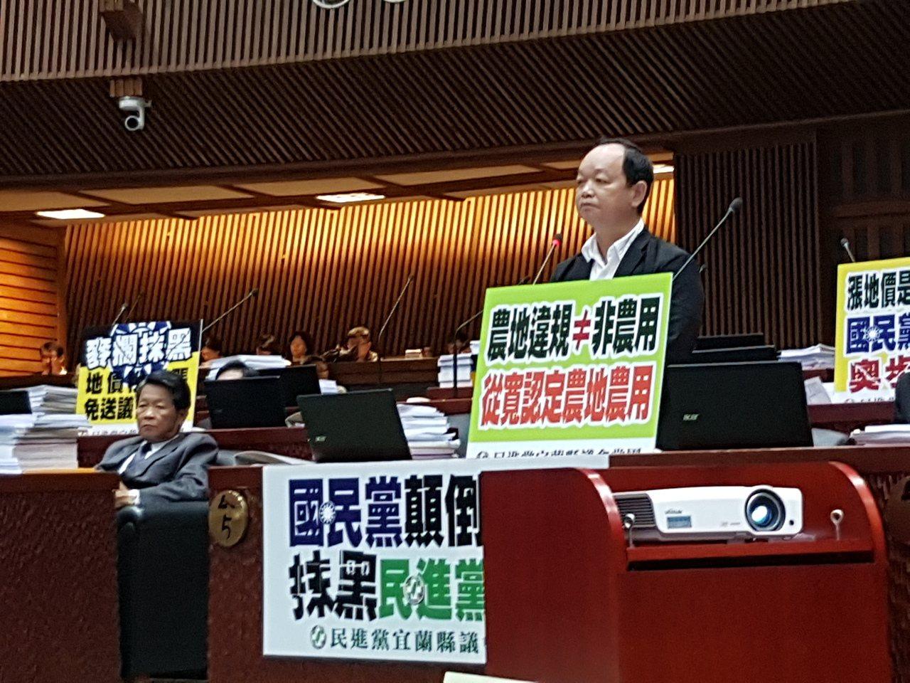 民進黨團今天在議會質詢立牌,對國民黨顛倒是非表達不滿。記者吳佩旻/攝影