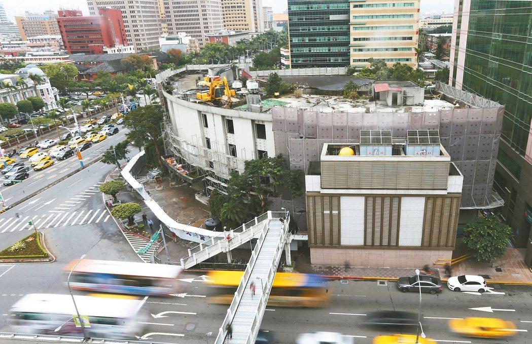 位於台北市中山南路與忠孝西路口的台北市議會舊址,地上權曾三度流標。 報系資料照