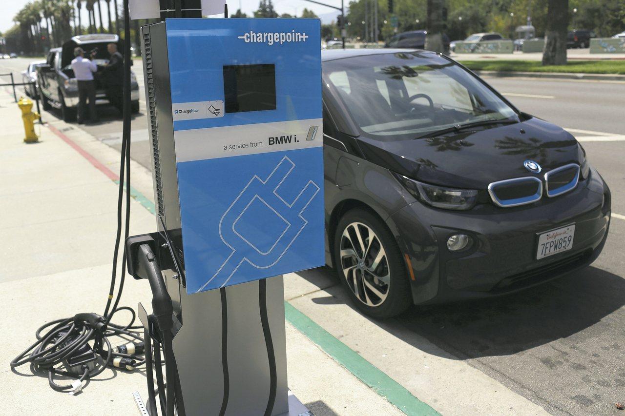 寶馬、戴姆勒、福斯、福特將聯手打造歐洲電動車充電網,打造400座快充站。 路透