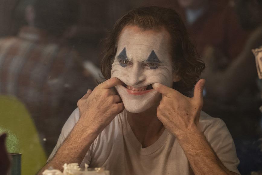 当社会诱奸了你,你选择扮演《少年的你》,还是《小丑》?