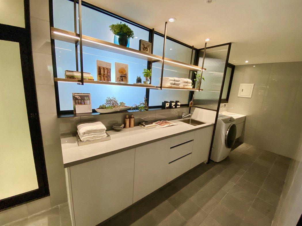 「多功能家事坊」除了採光充足的洗衣區,還能增設為調理吧台、擺置迷你盆景植物層板架...