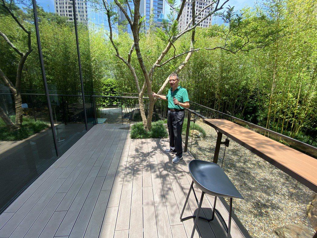 此案規劃淨高6米、深3米的宜居大陽台,讓住戶可以在綠意環繞的環境中,坐在自家大陽...