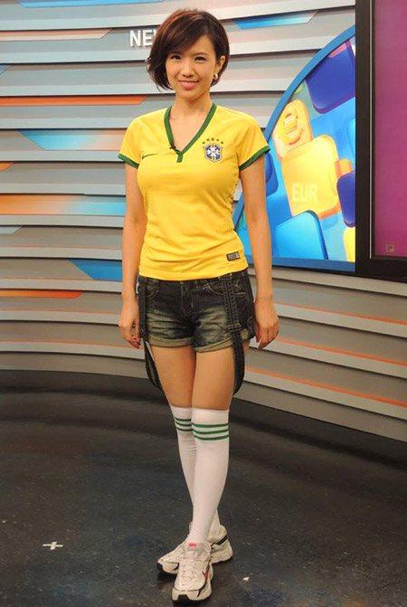 udn聯合新聞網 │ 巴西世足 │ 女主播穿球衣分析戰況 粉絲喊「辣」