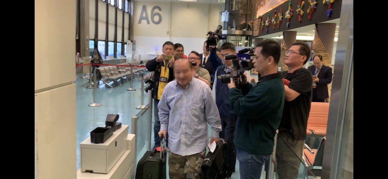 李毅今早准备搭乘桃园机场7点25分班机强制出境,未来移民署将他列为不受欢迎人士并...