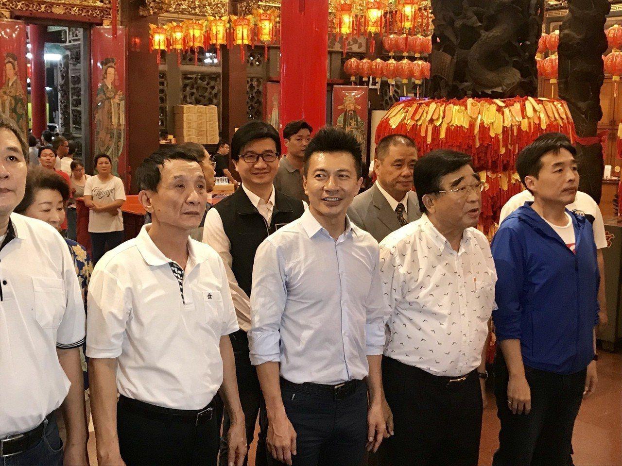 高雄社会局长叶寿山(中),在屏东市长林协松(左)、前立委王进士(右)陪同下,3位...