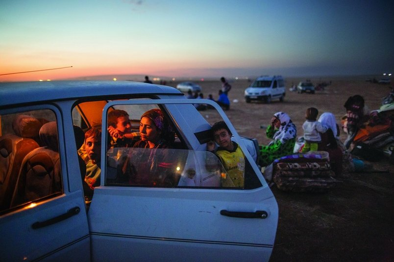 为了逃离伊斯兰国的进逼,一个库德族家庭逃出叙利亚后,在车中等待前往土耳其。201...