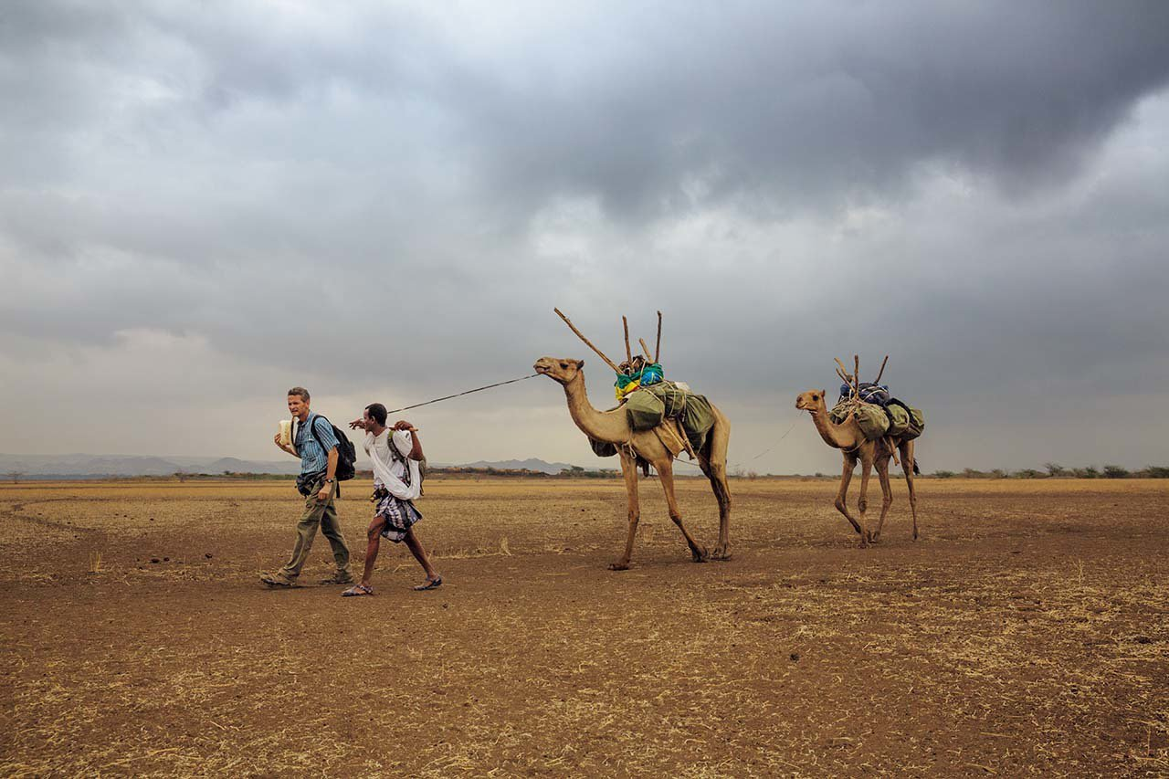 埃塞俄比亚,2013年追随先人的脚步 #保罗.萨洛培克(左)和他的向导阿米德. ...
