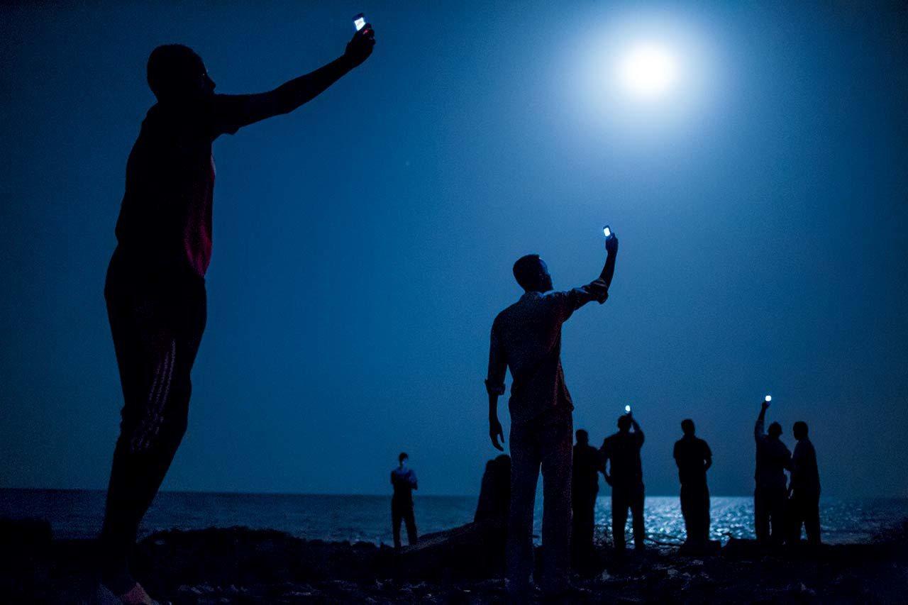 吉布提,2013年查找讯号 #非洲之角的移民集聚在吉布提市夜幕低垂的克里海滩上...