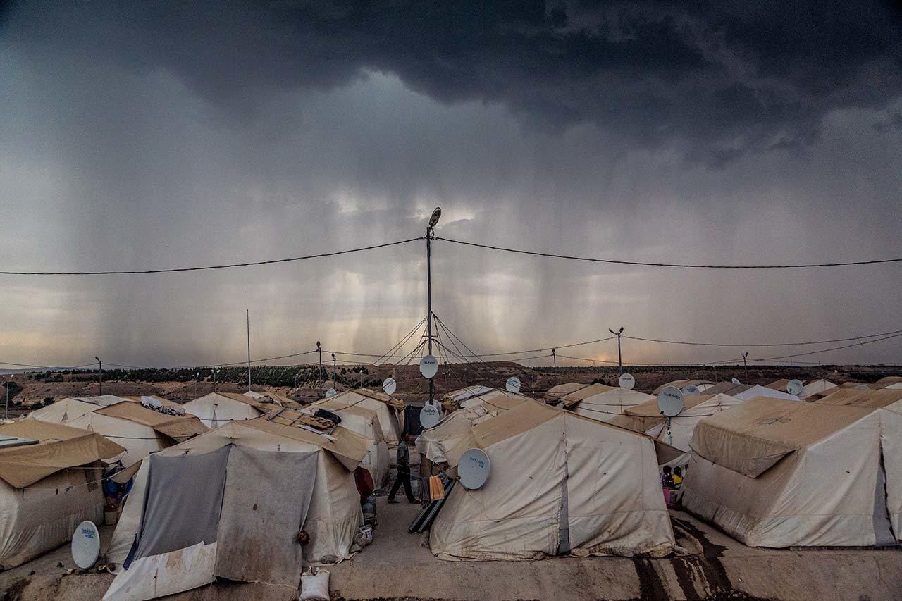 土耳其,2014年困境中的落脚处 #雨云在尼济普一号难民营上方投下阴影。三万多...