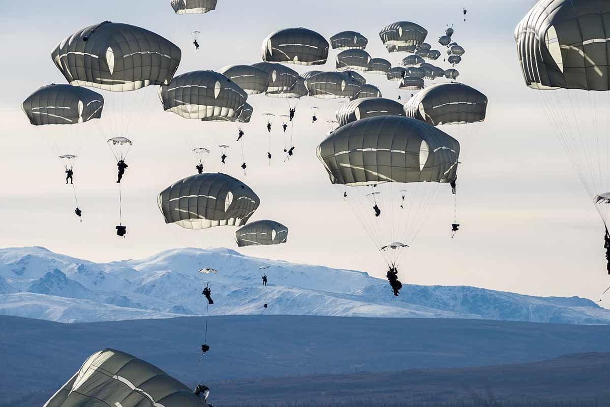 约400名美国士兵在阿拉斯加格里利堡附近进行跳伞练习。这场多国演习也有加拿大军人...