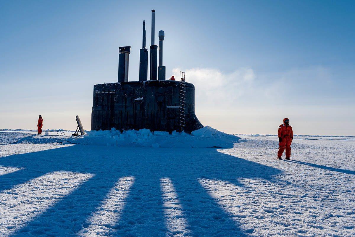 美国海军的攻击潜艇康乃狄克号从波福海的浮冰间穿出。美国和俄罗斯数十年来一直在北 ...