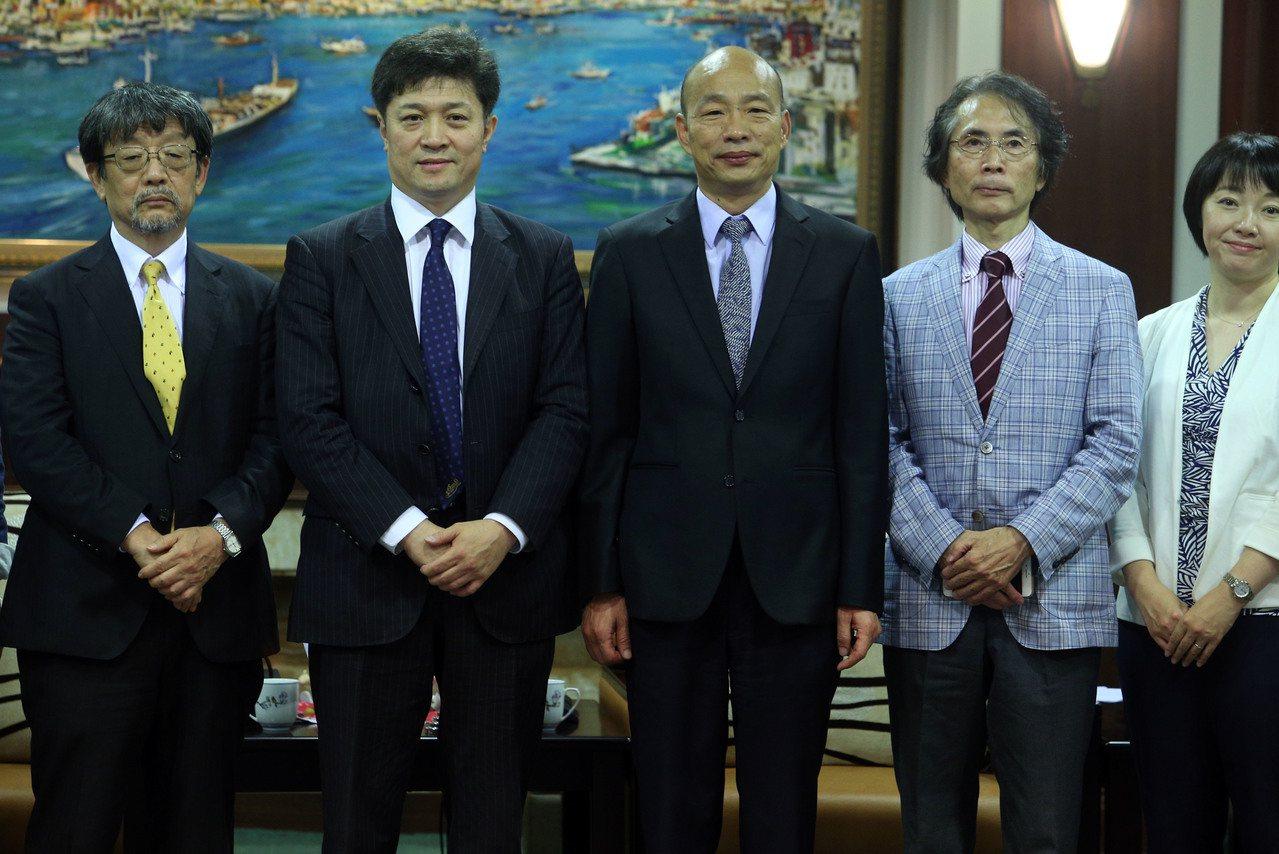 高雄市长韩国瑜(中)9月月6日接待日本学者松田康博(左二)等人,韩自称等了日本访...