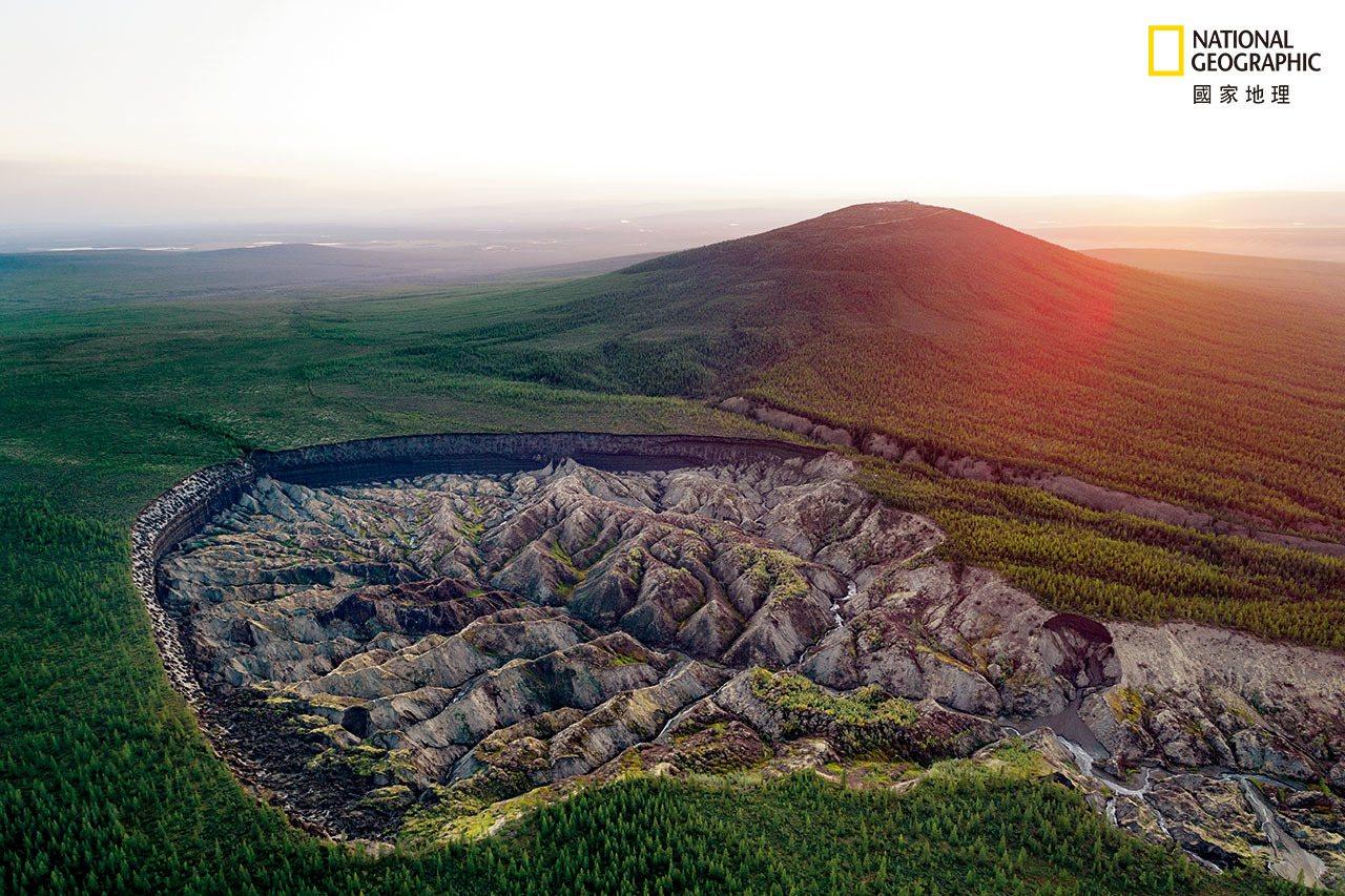 西伯利亚东部的巴塔盖卡巨坑将近有1公里宽,而且持续增大,是整个北极众多坑洞中最大...