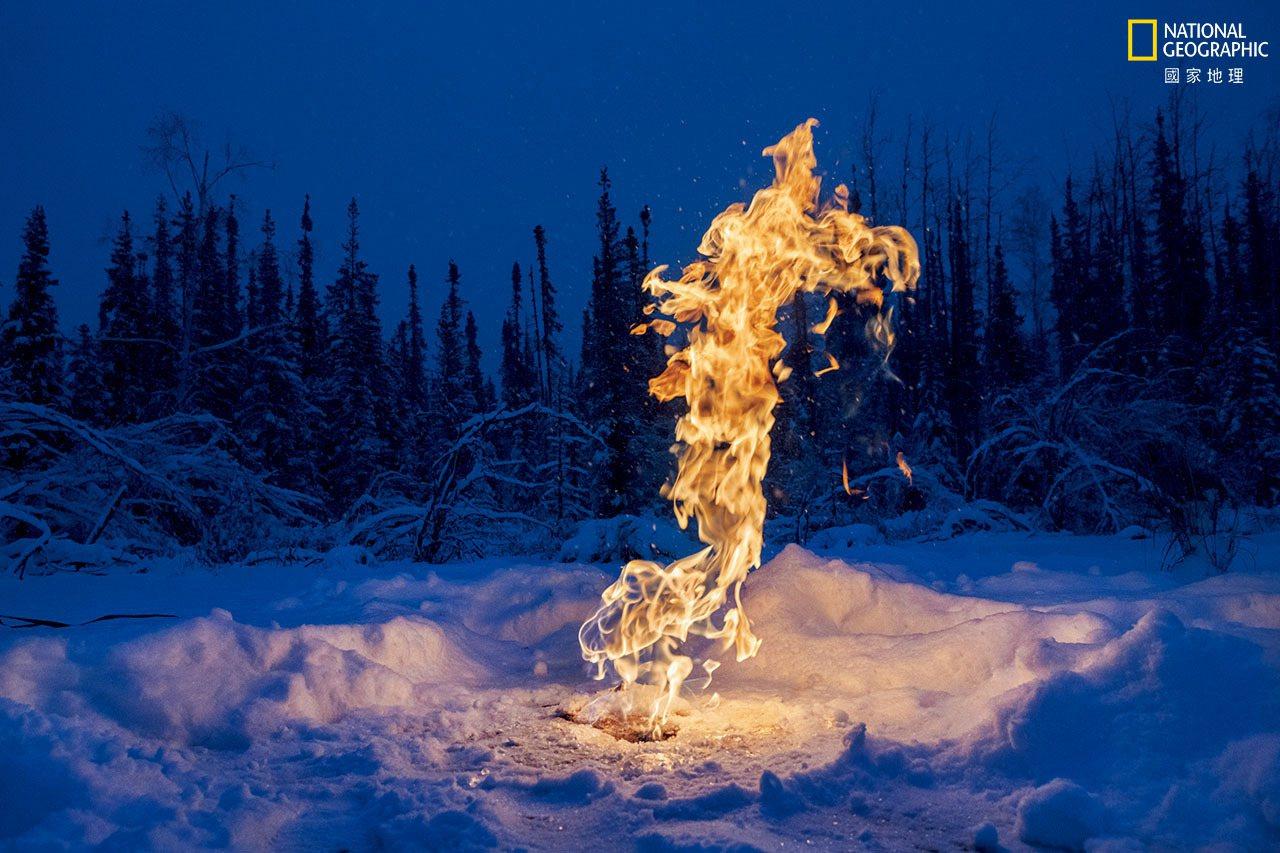 甲烷是强效的温室气体,正从北极各地湖底的解冻土壤中冒出来。到了冬天,地表的冰层会...