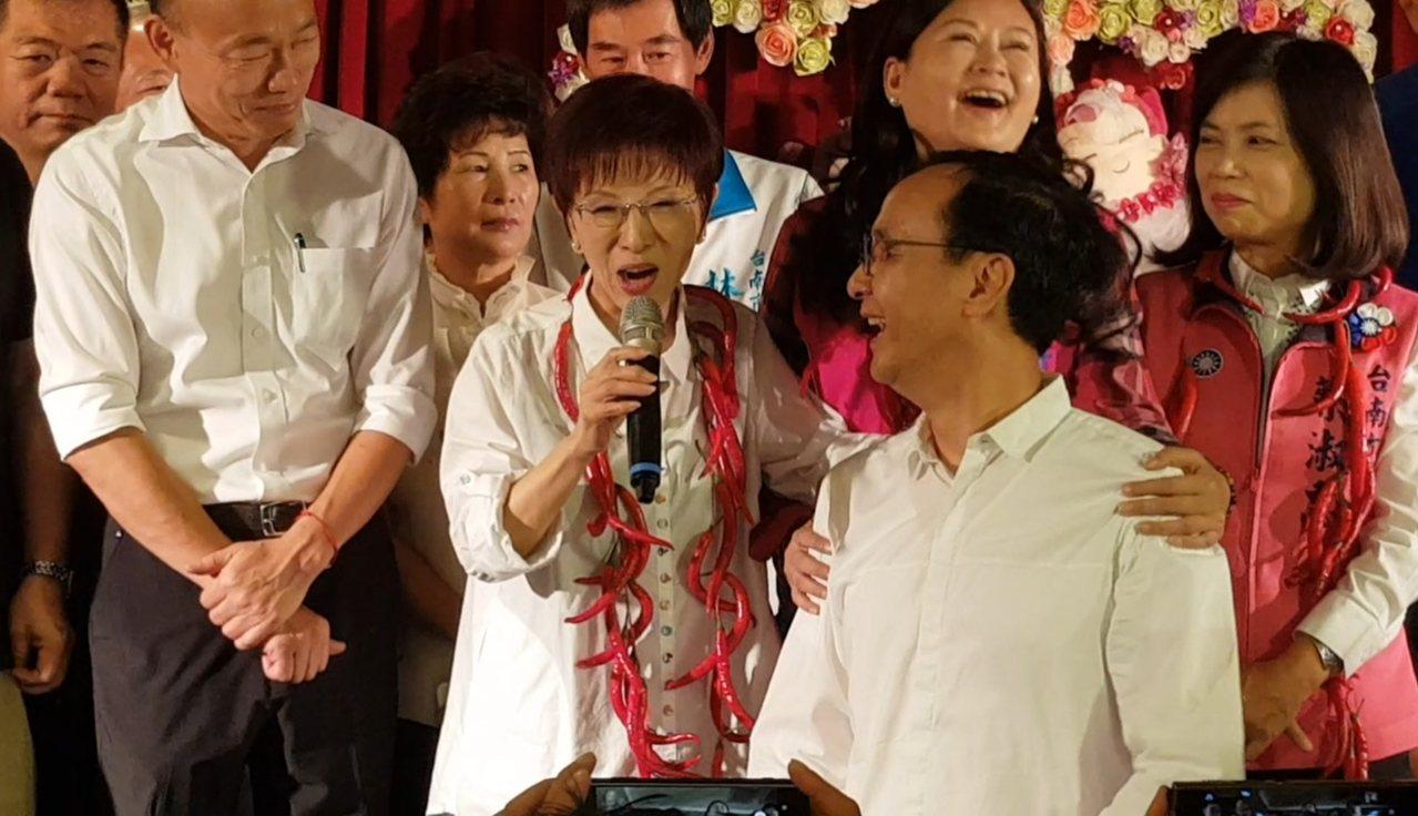 洪秀柱(中)今天在台上嫌朱立伦( 右二)太高,朱马上跳下台。记者修瑞莹/摄影